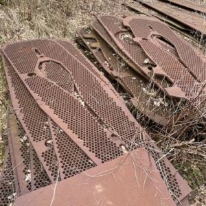 Stål plader med huller 1 meter bred x 3 meter høj 20 mm tykke kan også bruges stående eller liggende som læ mur er dekorativ ca. 20 stk.