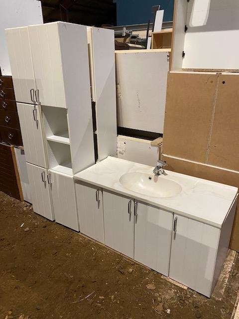Bade møbel med vaske samt 4 skabe