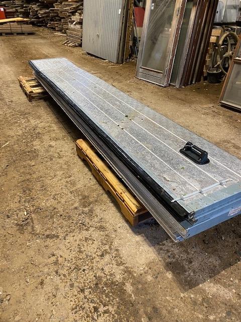 Aluminiums port uden ruder med el hejs 3.60 høj x 4.80 bred er ok men har lille skade